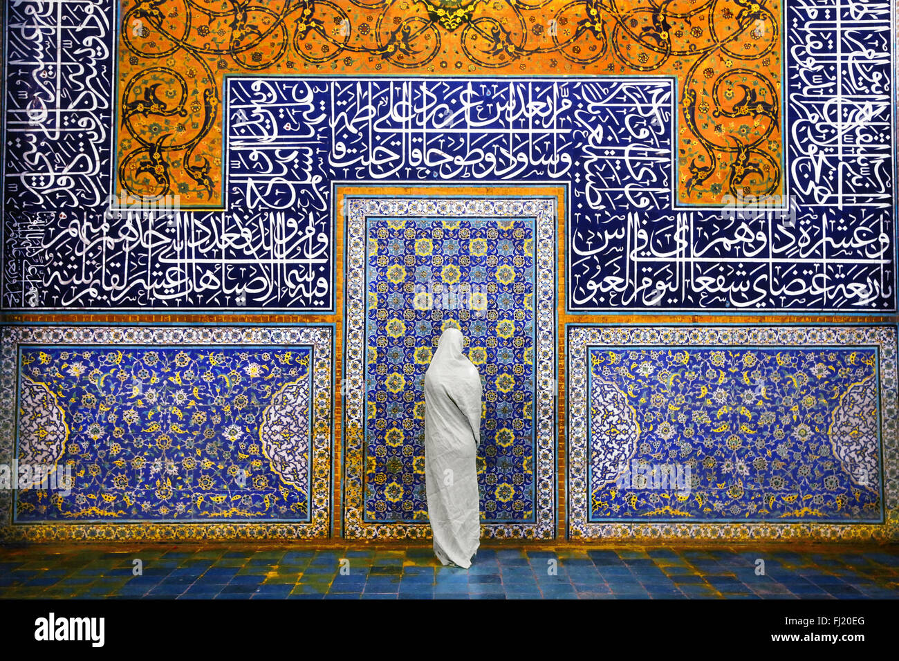 Veiled Muslim woman and architecture of Sheikh Lotfollah Mosque, Isfahan - Stock Image