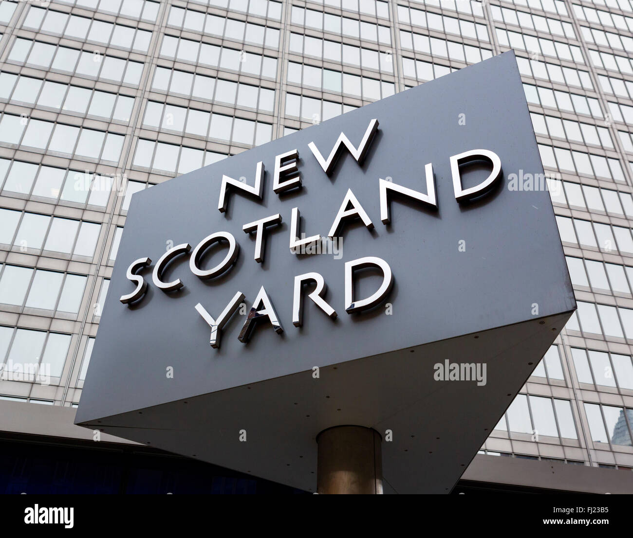 Sign outside the Metropolitan Police headquarters at New Scotland Yard, Broadway, Victoria, London, England, UK - Stock Image