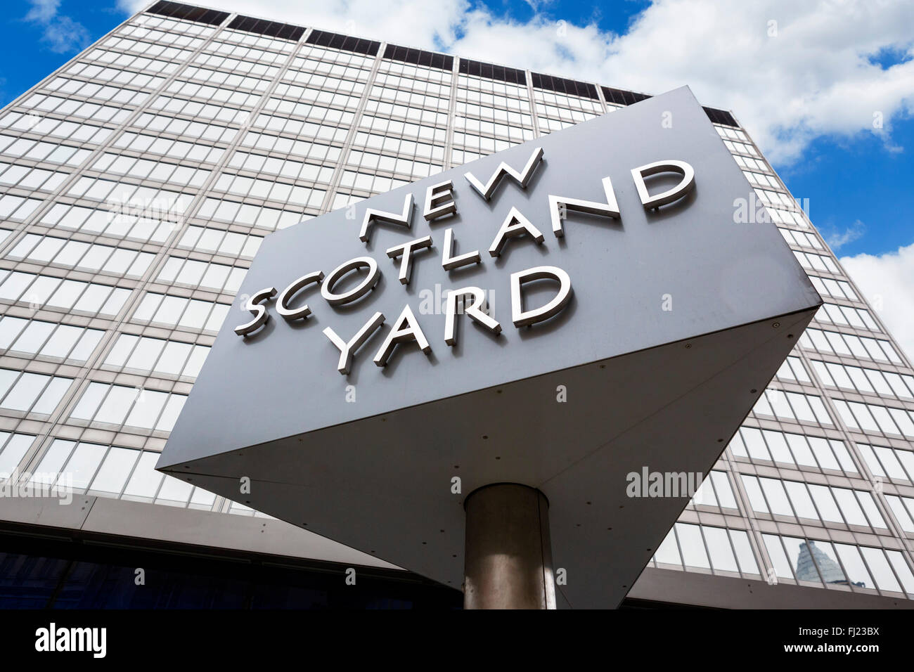 New Scotland Yard before its move in 2016.  Sign outside the Metropolitan Police headquarters, Broadway, Victoria, - Stock Image