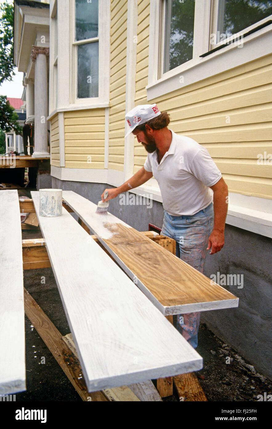 Professional painter painting historical house, Charleston, South Carolina, USA - Stock Image