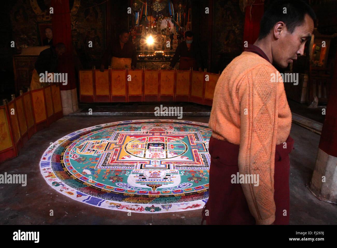 Buddhist tibetan monk making mandala in monastery in Gyantse, Tibet - Stock Image