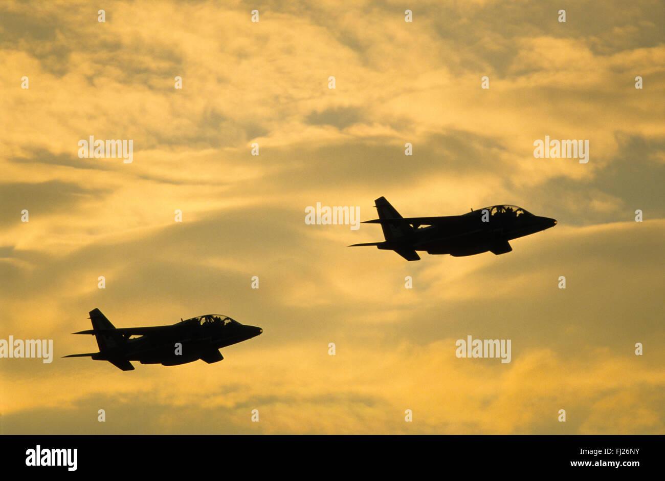 Autriche, Styrie, base aerienne de Zeltweg, La Patrouille de France, Alpha Jet durant un meeting aerien au coucher - Stock Image