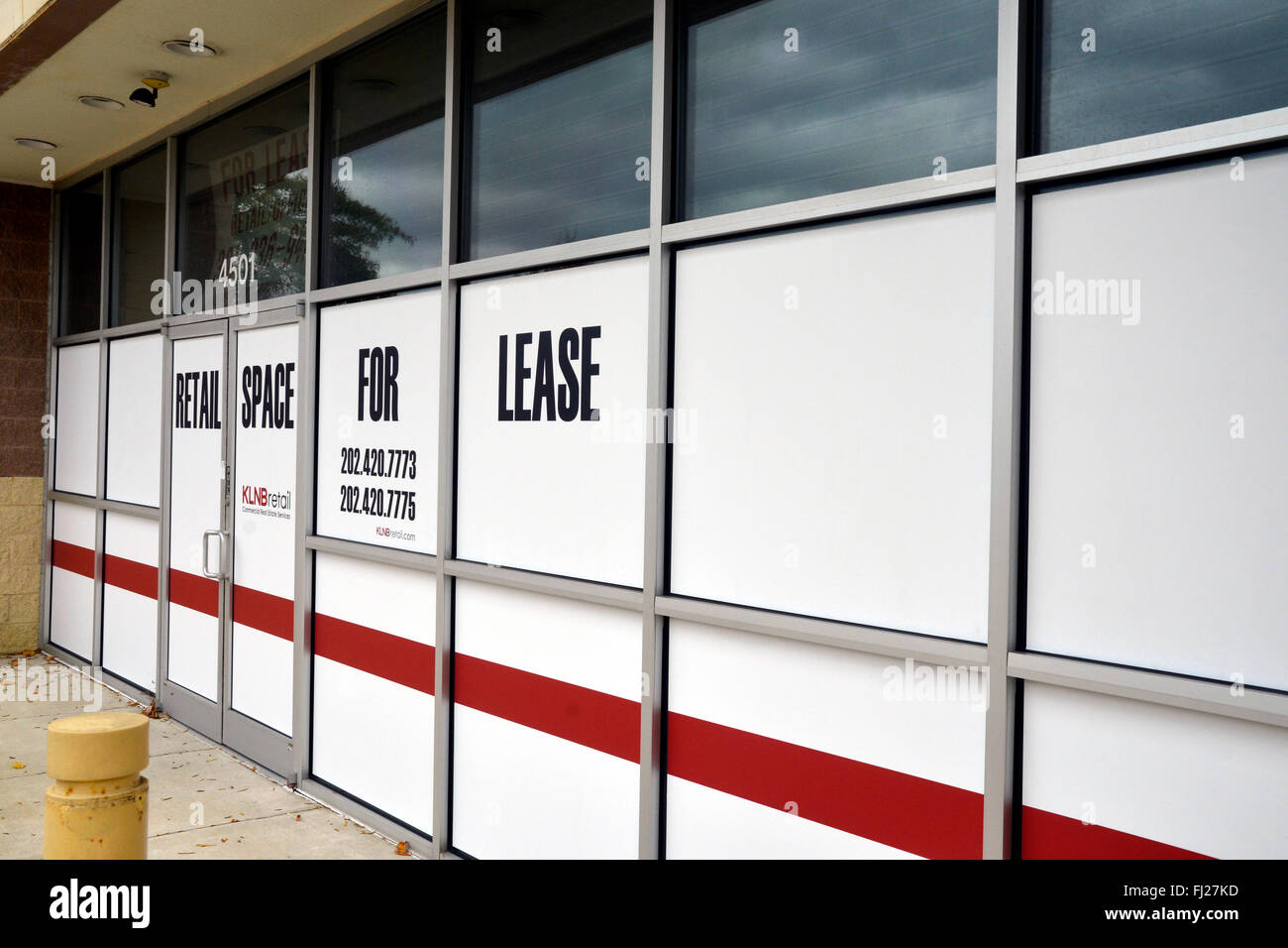 Vacant business with sign saying retail space for lease - Stock Image