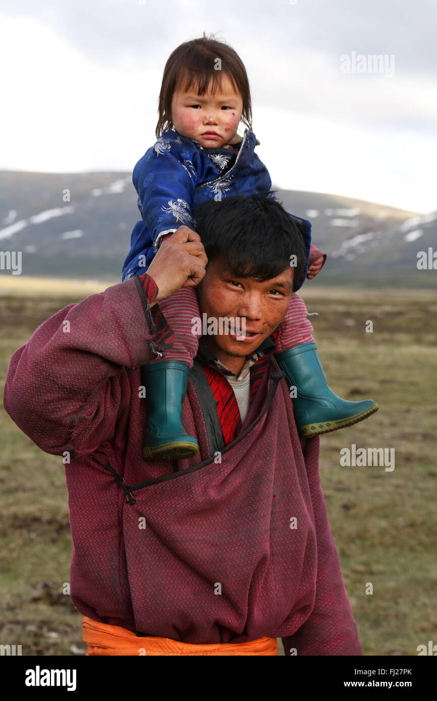 Tsaatan nomad father with his son in Mongolia - Stock Image