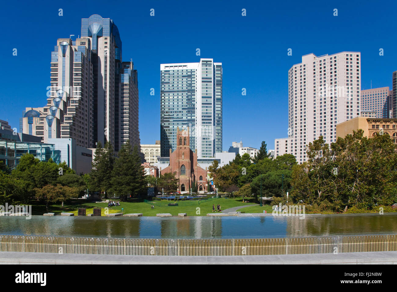 MARTIN LUTHER KING MEMORIAL WATER FOUNTAIN, the MARIOTT and FOUR SEASONS hotels as seen from the YERBA BUENA GARDENS - Stock Image