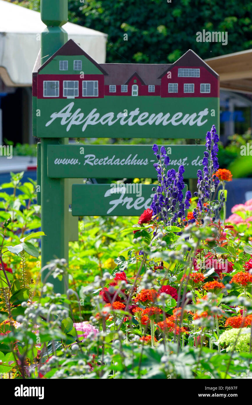 sign 'apartment available' in a colourful blooming flowerbed, Germany, Schleswig-Holstein, Northern Frisia, - Stock Image