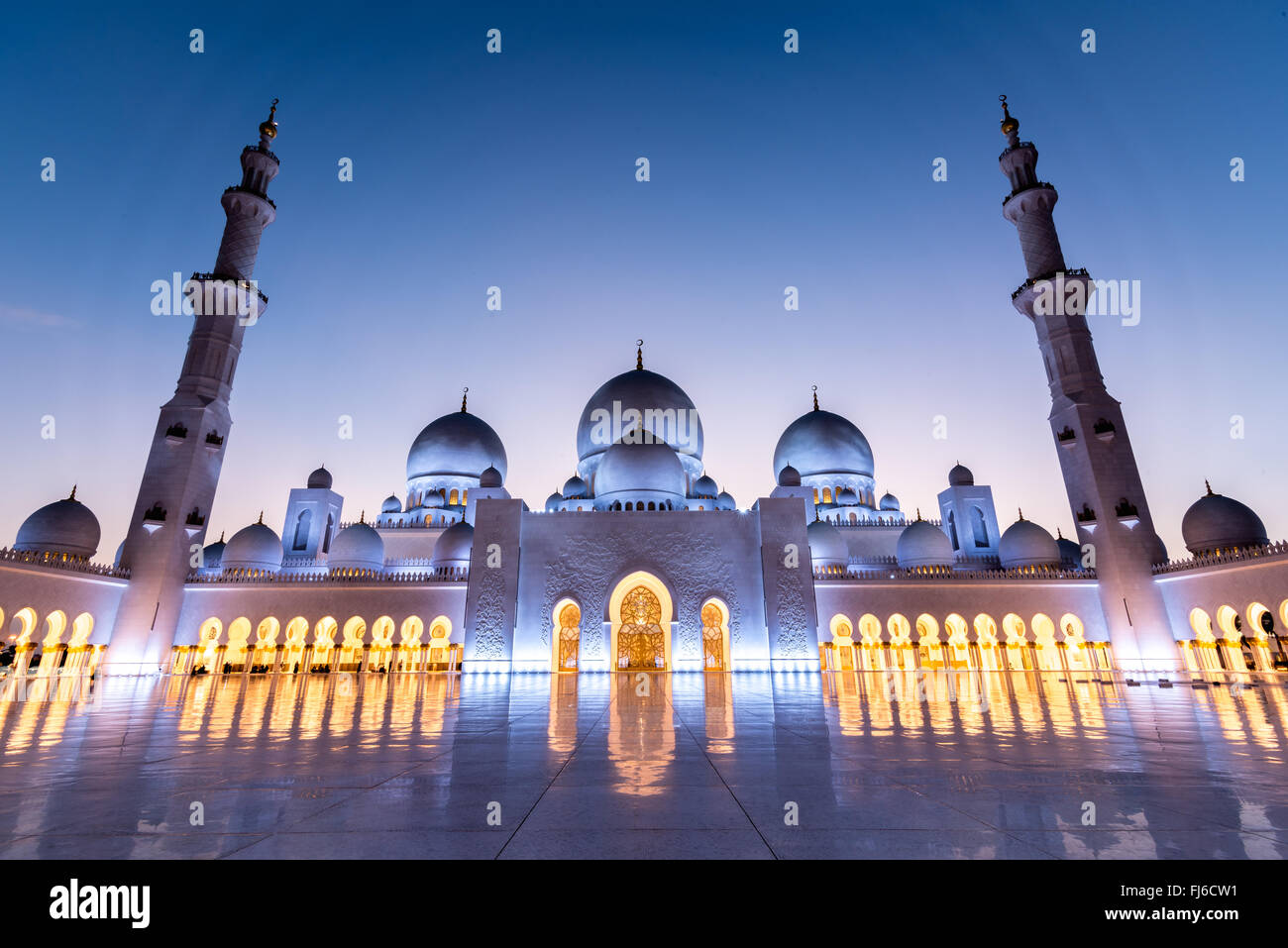 Court yard of Sheikh Zayed Grand Mosque in Abu Dhabi at sunset - Stock Image