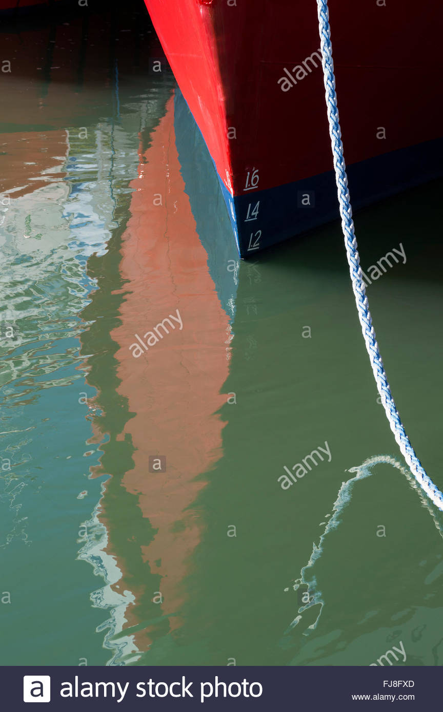 Close-up of the prow and mooring rope of a boat and its reflection, Quayside, Poole, Dorset, England - Stock Image