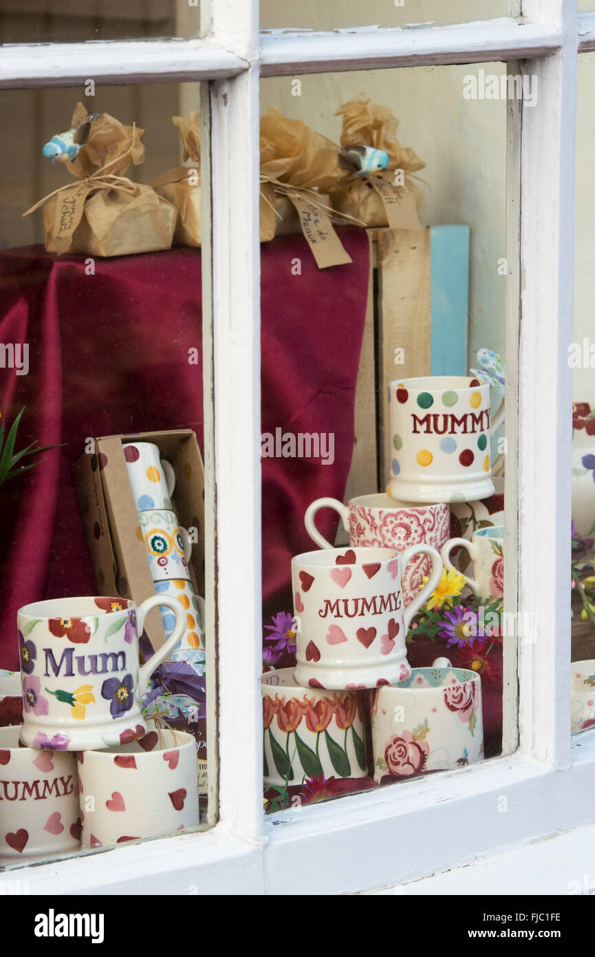 Mothers Day Mums mugs in a shop window. Chipping Norton, Oxfordshire, England - Stock Image
