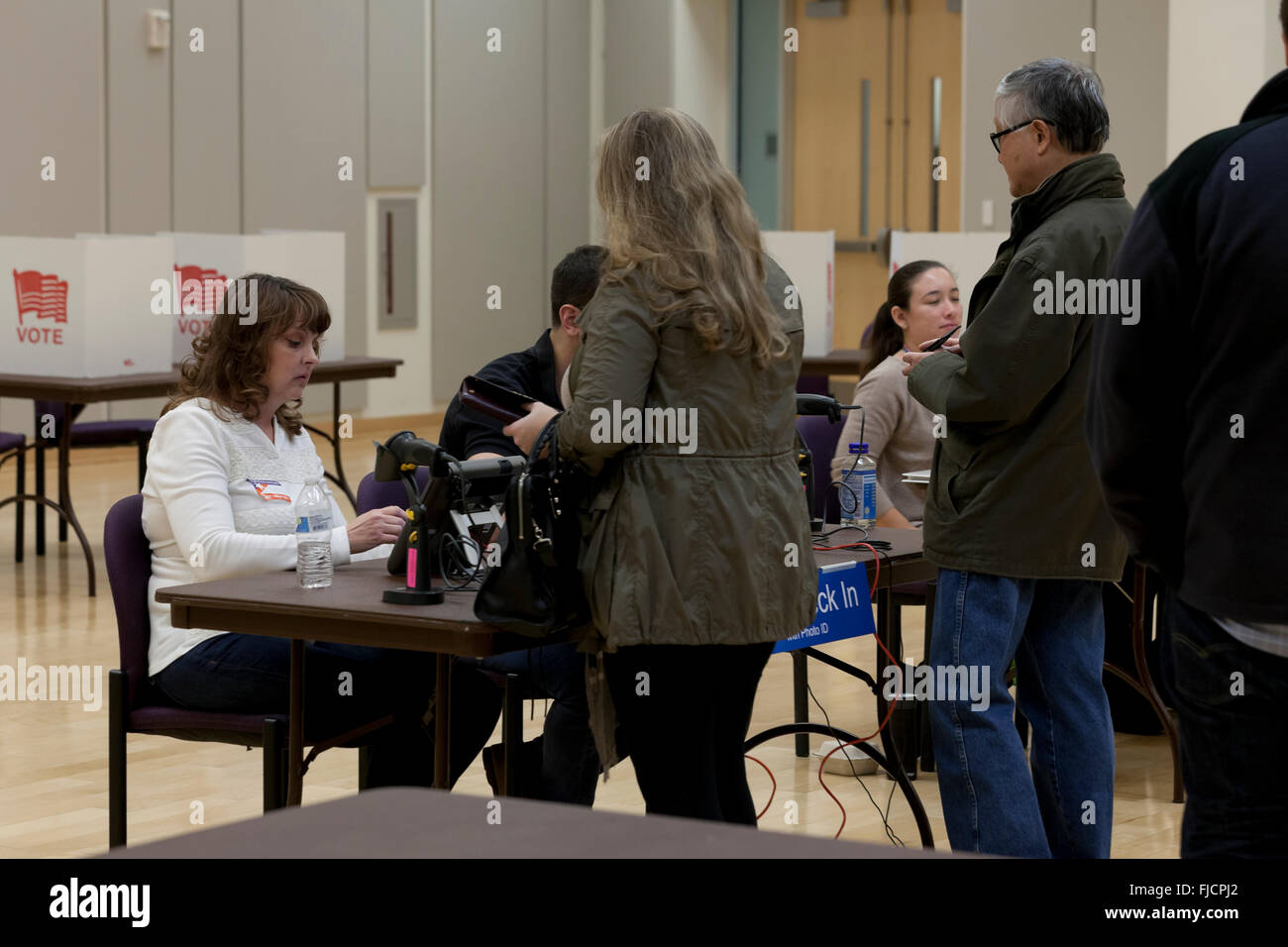 Arlington, Virginia, USA. 1st March, 2016. Virginians cast their votes in a pooling place for the US presidential Stock Photo
