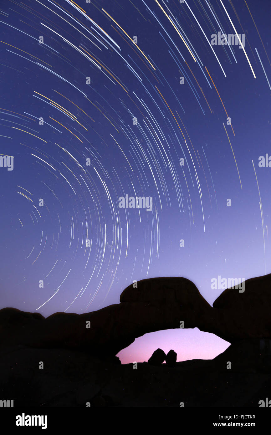 Star trail over the Spizkoppe rock arch - Stock Image