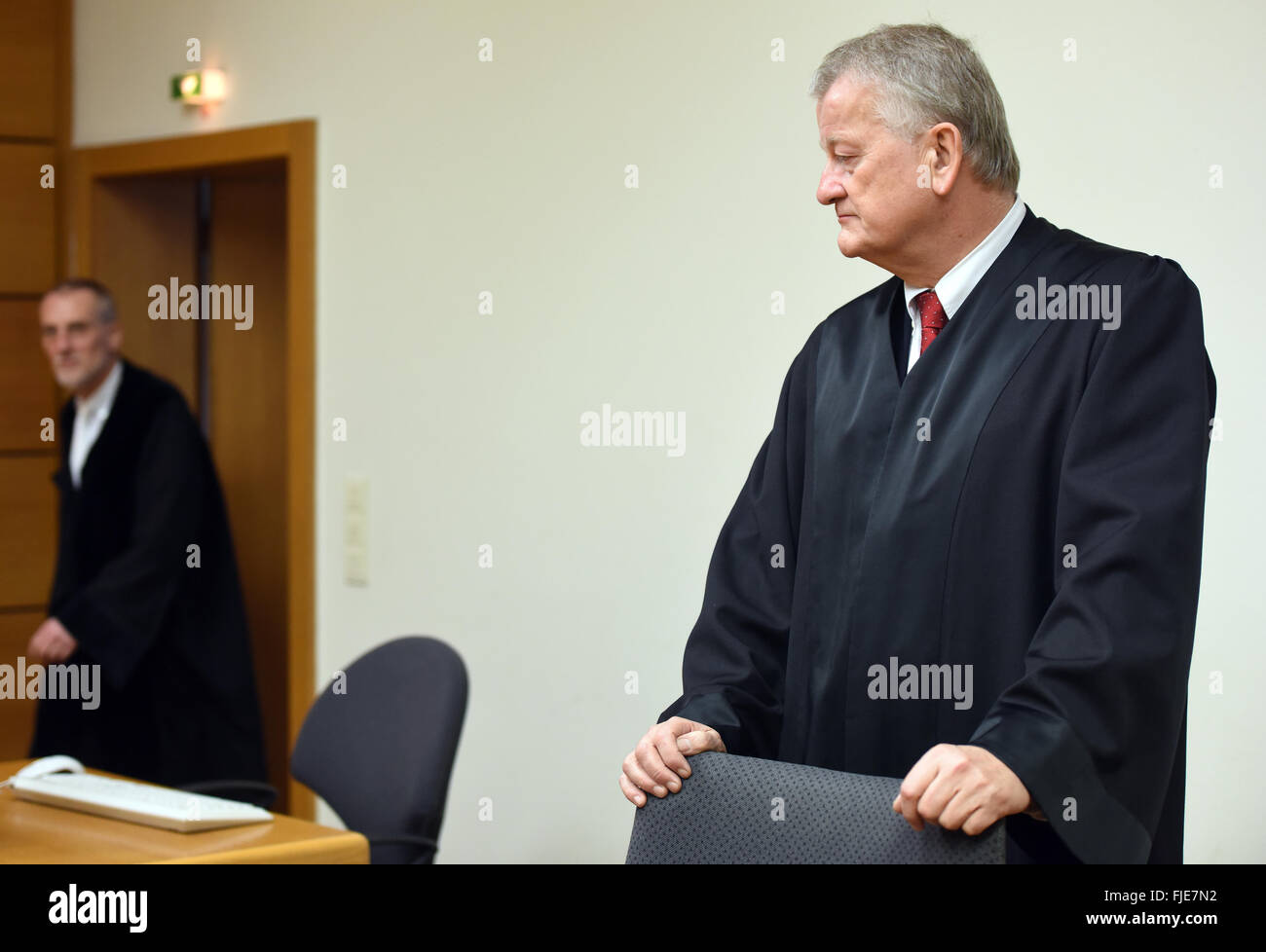 Bochum, Germany. 02nd Mar, 2016. Judge Ingo Streek (L) and lawyer Dietrich Messler stand at the start of trial in - Stock Image