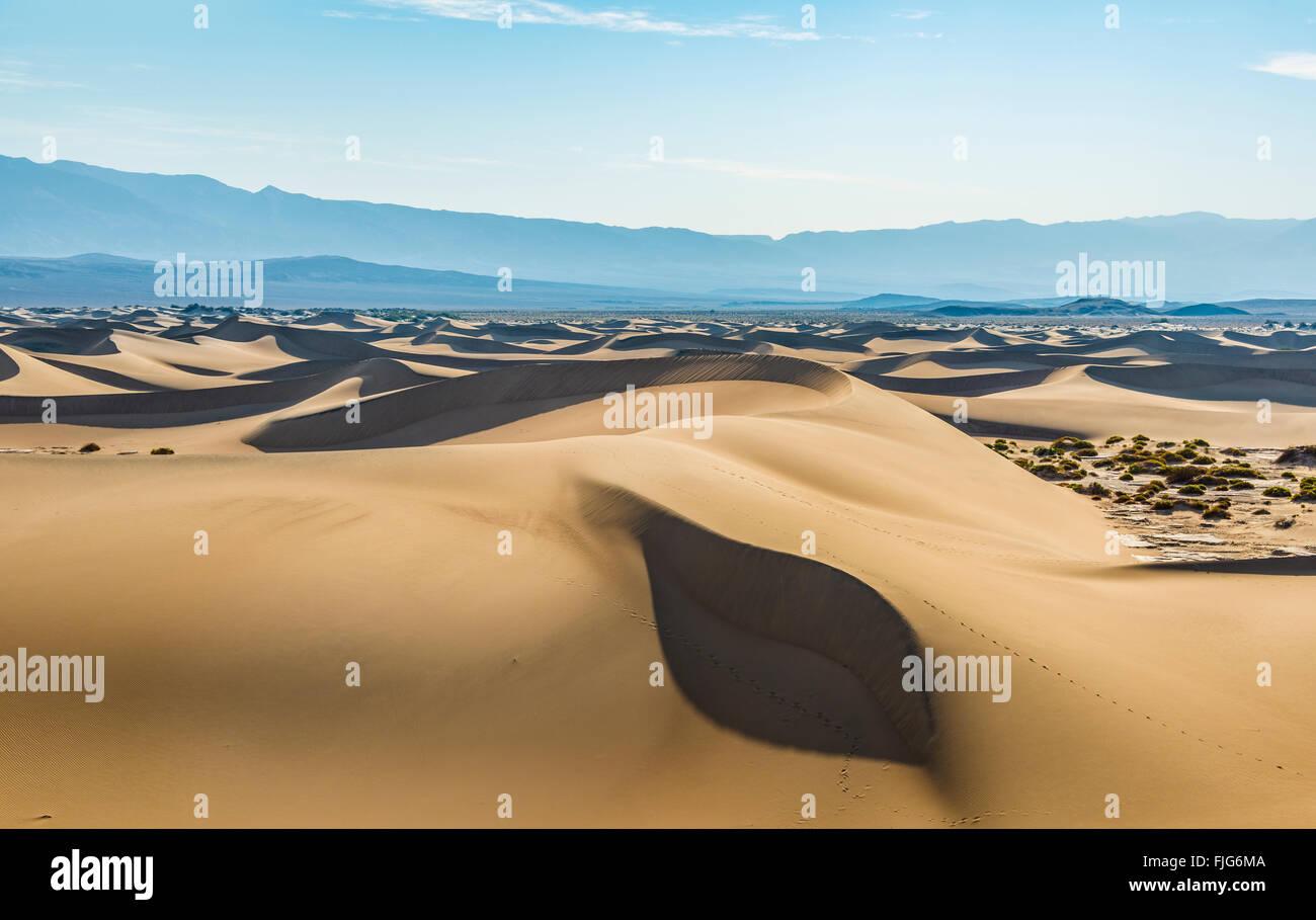 Mesquite Flat Sand Dunes, sand dunes, foothills of the Amargosa Range Mountain Range behind, Death Valley - Stock Image