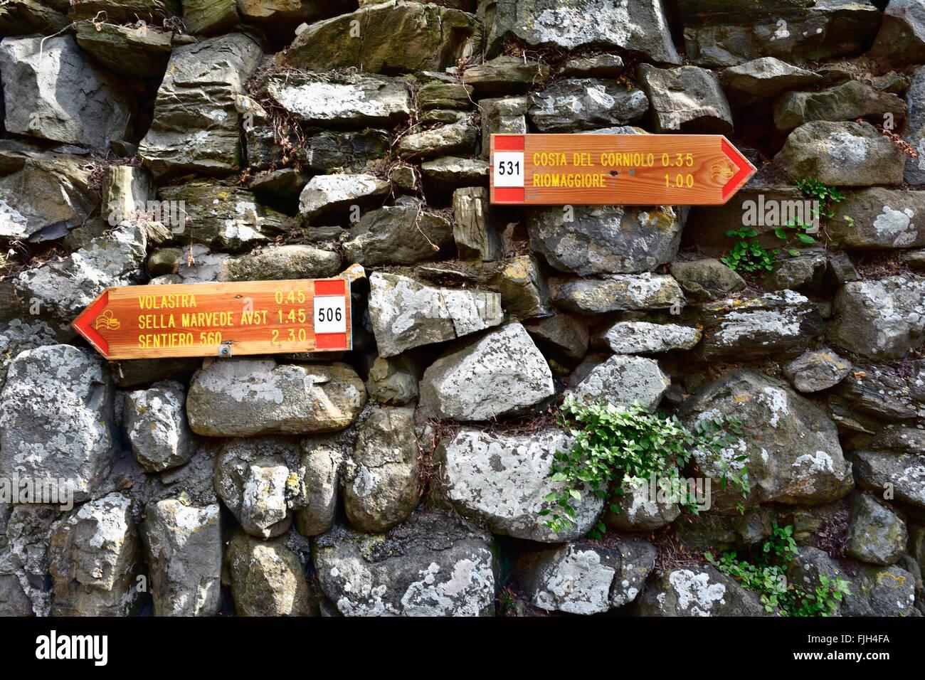 Indicators trails crossing Cinque Terre. Manarola, Cinque Terre, La Spezia, Liguria, Italy - Stock Image