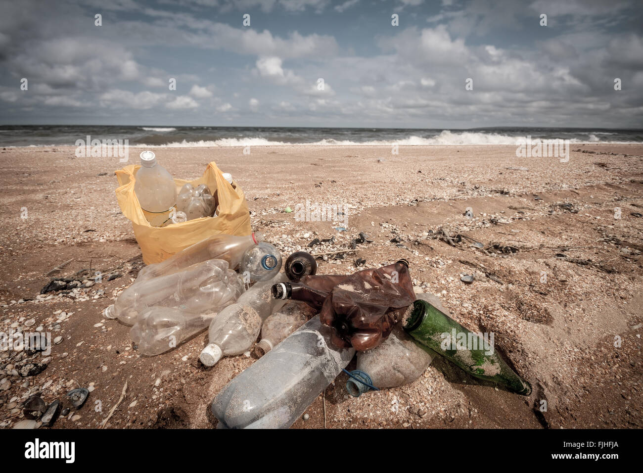 Dirty sea beach - Stock Image