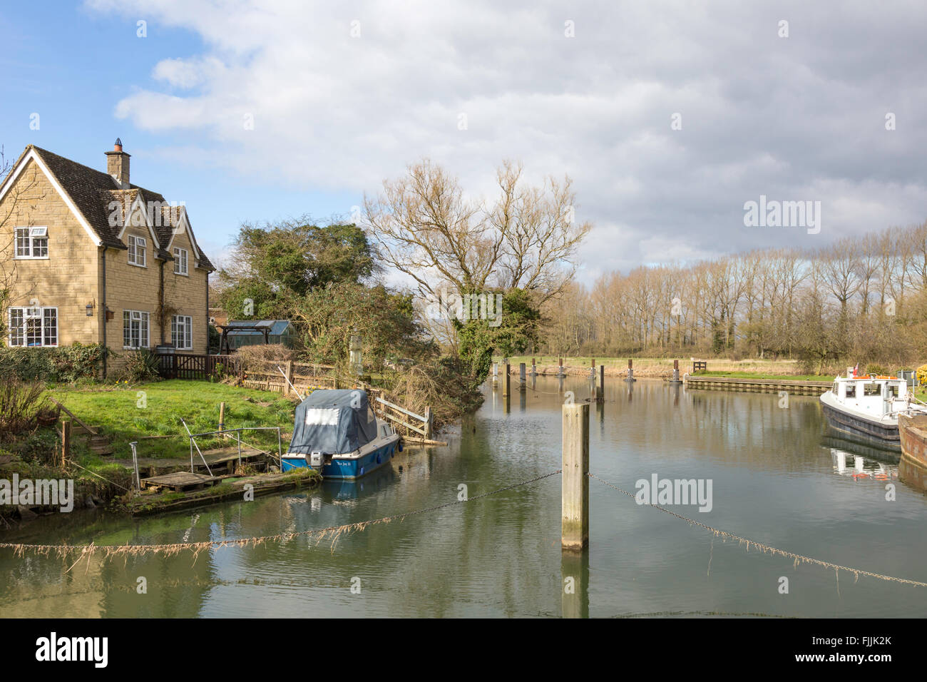 Buscot Lock and weir on the River Thames, Oxfordshire, England, UK - Stock Image
