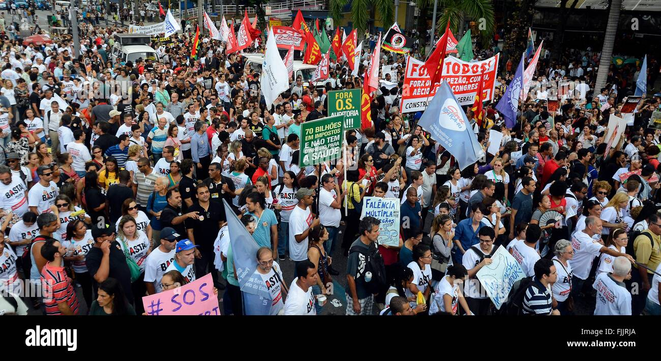 Brazilian students and teachers join labor unions in protesting against Governor Luiz Fernando Pezao budget cuts - Stock Image
