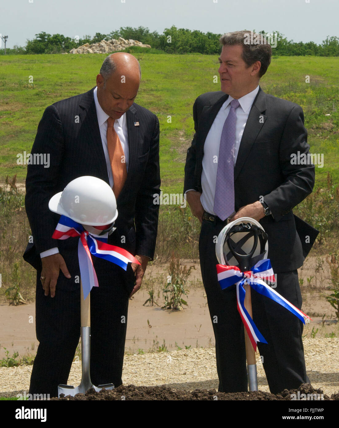 Manhattan, Kansas, USA, 27th May, 2015 L-R ) Secretary of Department of Homeland Security Jeh Jonson and Kansas Governor Sam Brownback (R) talk with one another after the official groundbreaking ceremony of the new biocontainment facility on the grounds of Kansas State University in Manhattan today.  Credit: Mark Reinstein Stock Photo