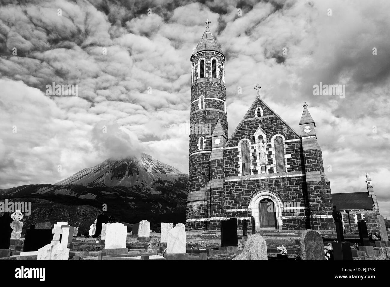 Dunlewy Church & Mount Errigal, Dunlewy Village, County Donegal, Ireland - Stock Image