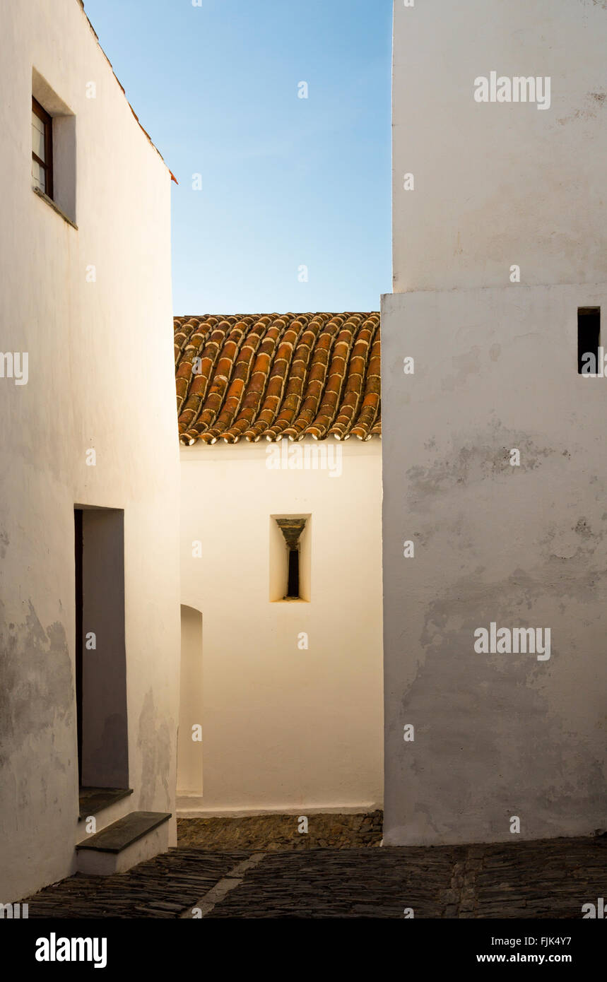 Light reflects off the whitewashed walls of old buildings in the historic village of Monsaraz, Alentejo region, - Stock Image
