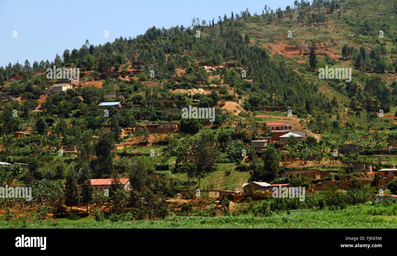 Country homes in Rwanda built into the hills - Stock Image