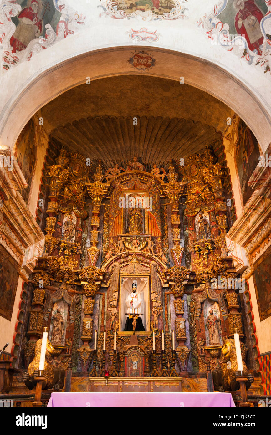 The ornate, gilded altar in the historic Spanish colonial church of Mission San Xavier del Bac, Tucson, Arizona. - Stock Image