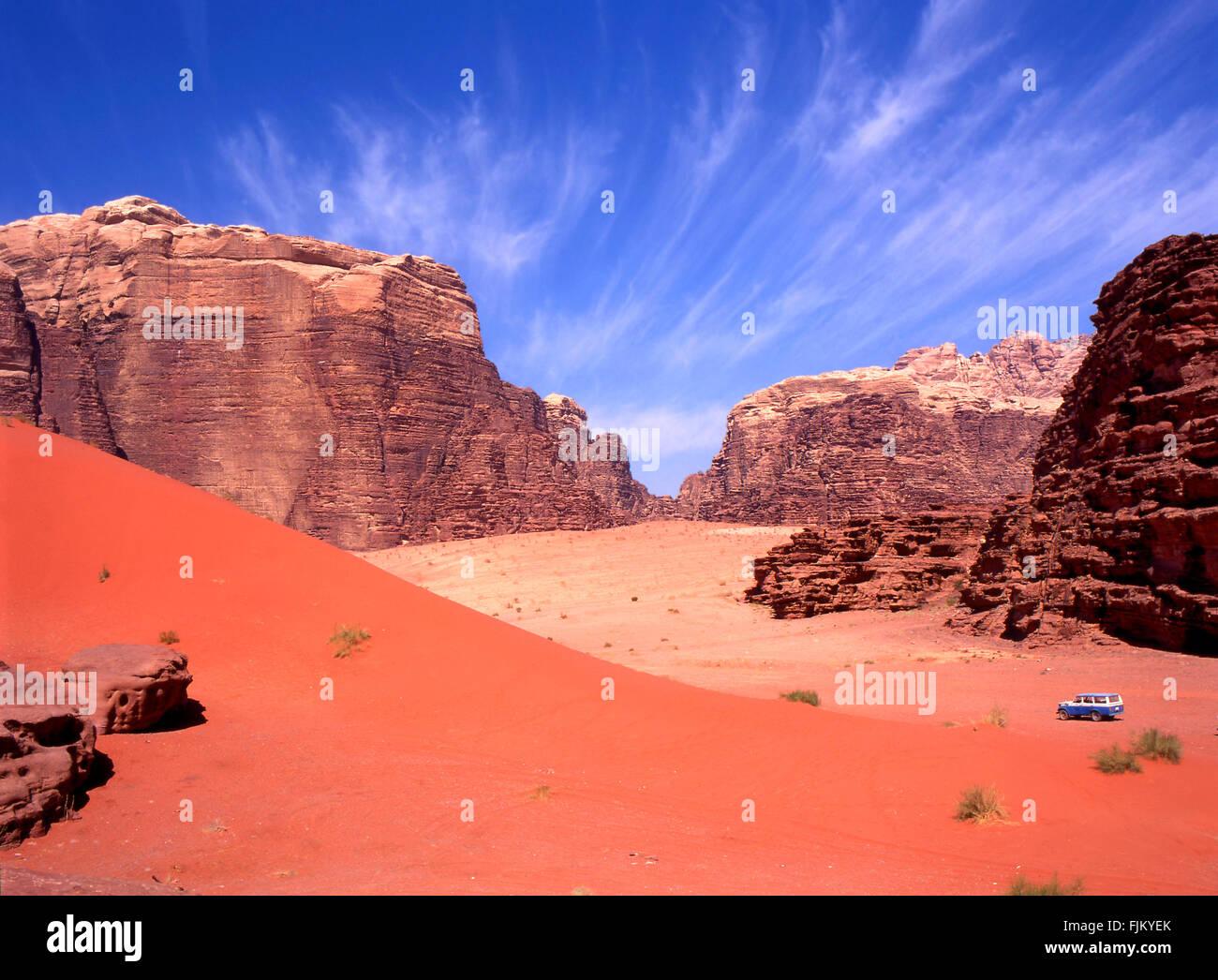 Exploring with a four wheel drive the Wadi rum desert in Jordan - Stock Image
