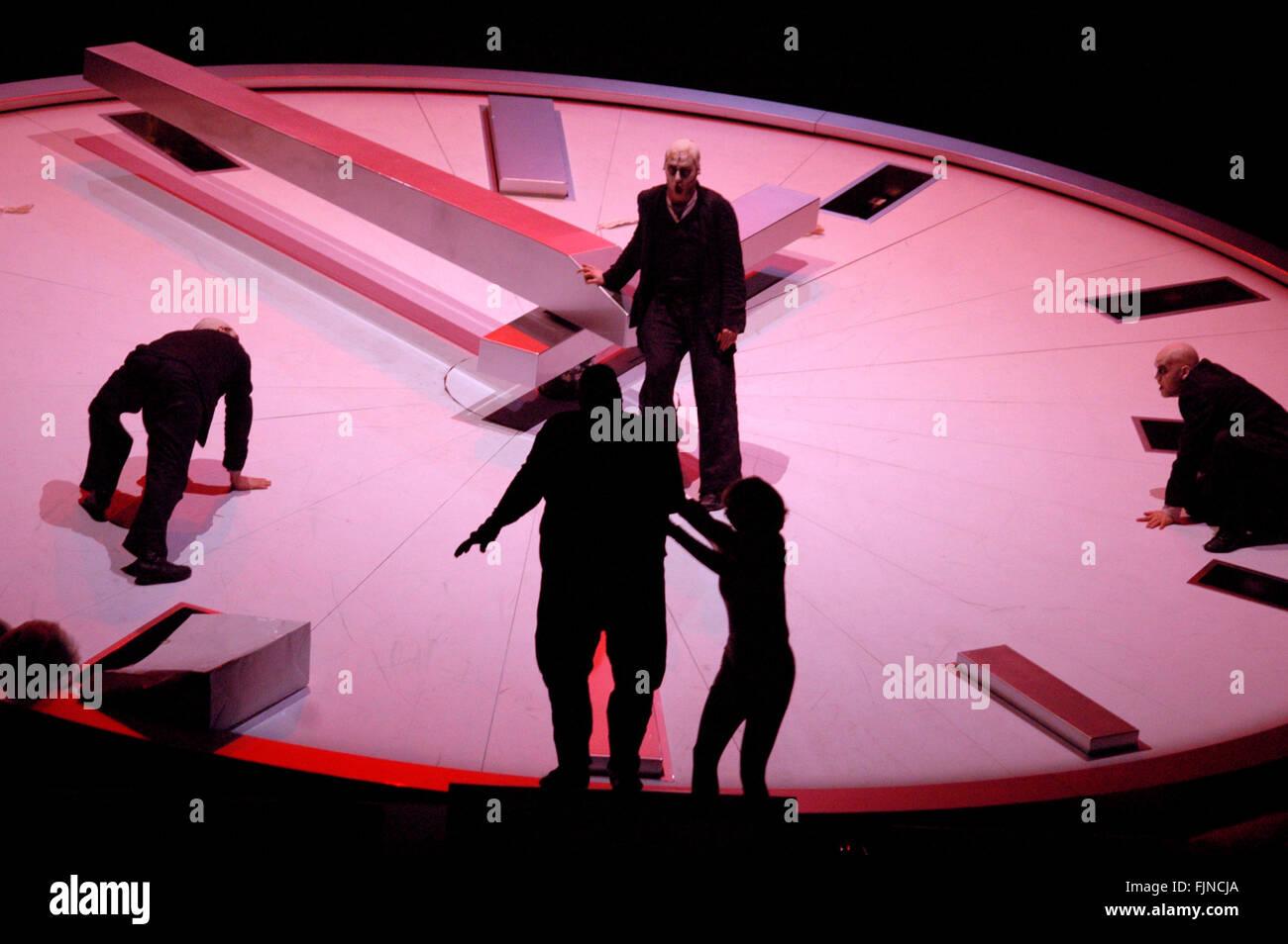 """Szenenfoto - Opernproduktion """"Faustus, the Last Night"""" (Inszenierung: Peter Mussbach), Staatsoper Unter den Linden, Stock Photo"""
