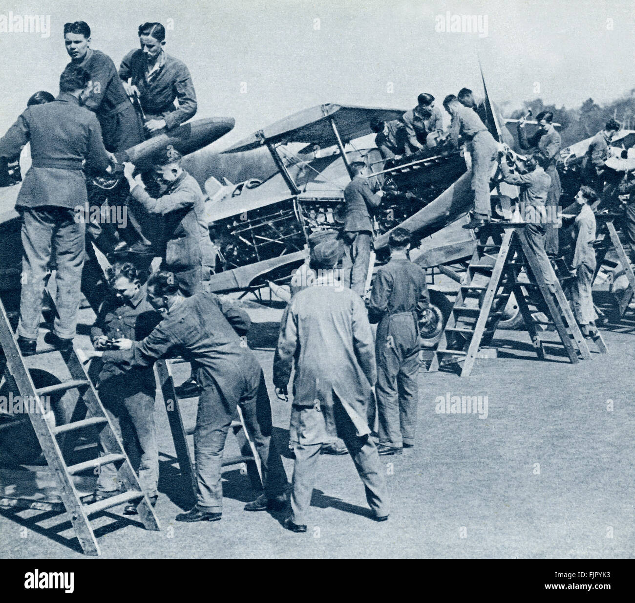 Air cadets ,c.  1940. WWII  at an air force training camp.  Fighter plane engines are stripped for practical work - Stock Image