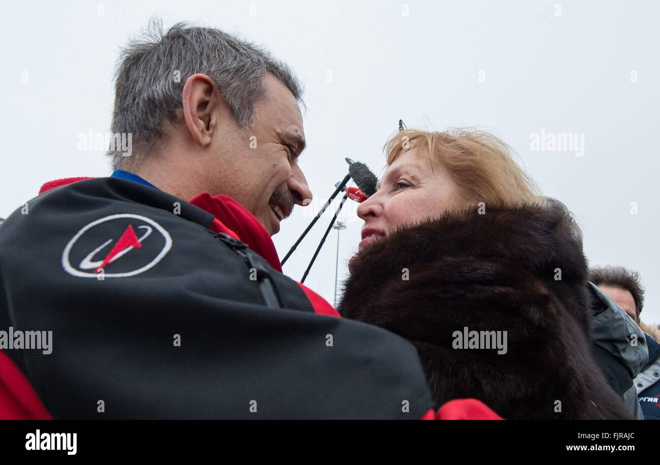 Star City, Russia. 02nd Mar, 2016. Russian cosmonaut Mikhail Kornienko, is welcomed home by his wife after returning - Stock Image
