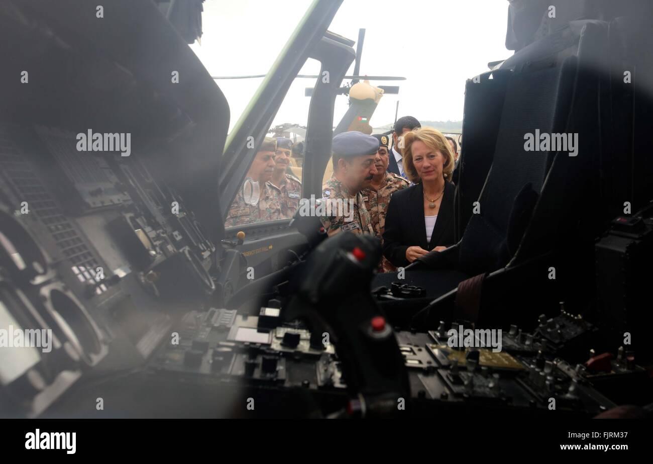 (160303) -- AMMAN, March 3, 2016 (Xinhua) -- U.S. Ambassador to Jordan Alice G. Wells (1st R) attends a handover - Stock Image