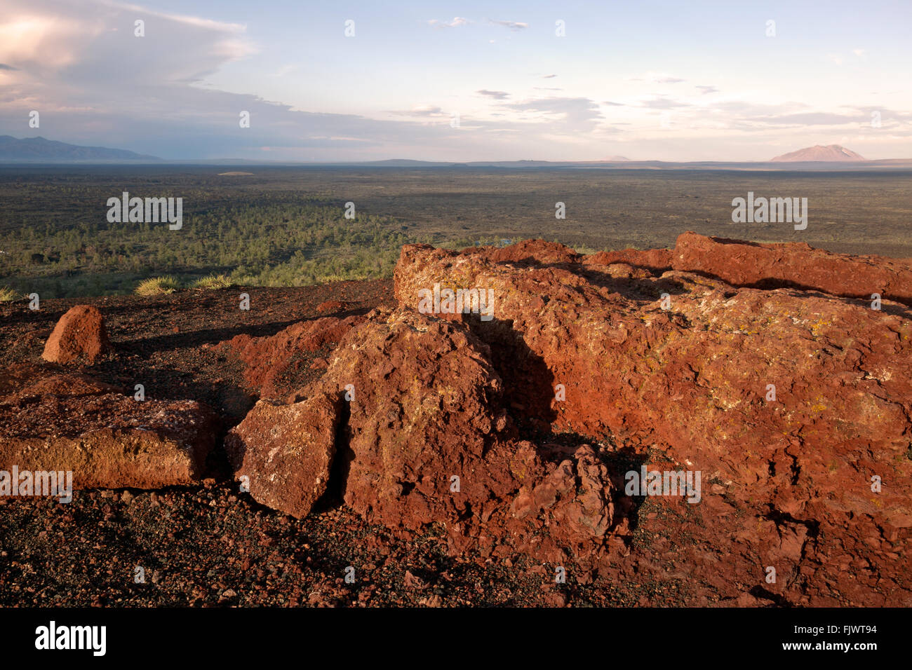ID00488-00...IDAHO - Red lava on the summit of Inferno Cone in Craters of the Moon National Monument and Preserve. - Stock Image