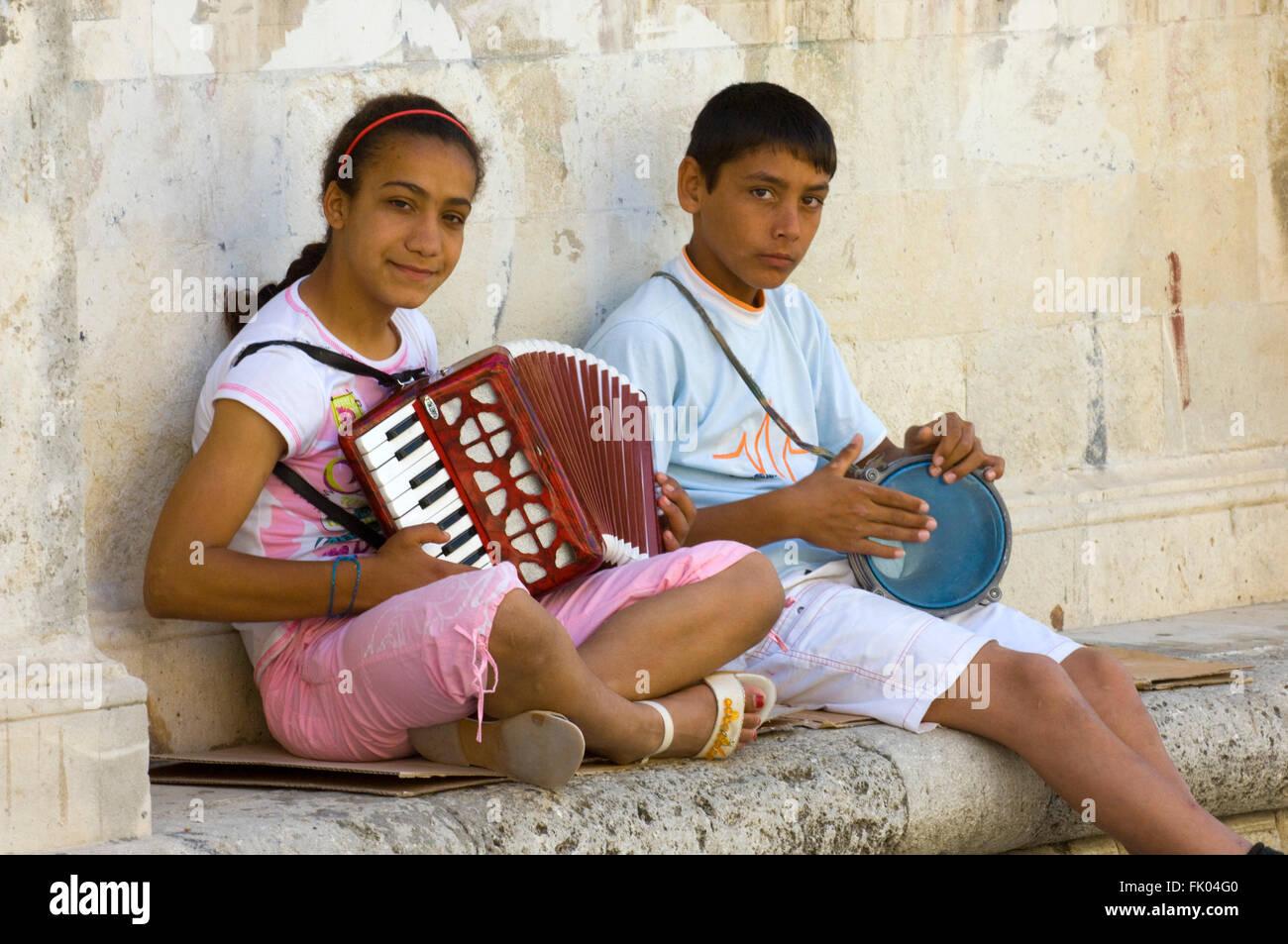 Griechenland, Kreta, Heraklion, junge Strassenmusikanten Stock Photo