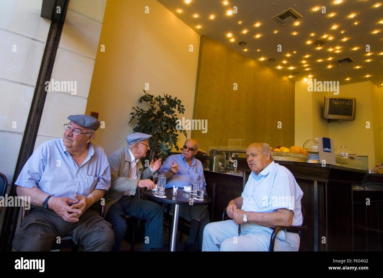 Griechenland, Kreta, Heraklion, alte Herren im modernen Kafeneon - Stock Image