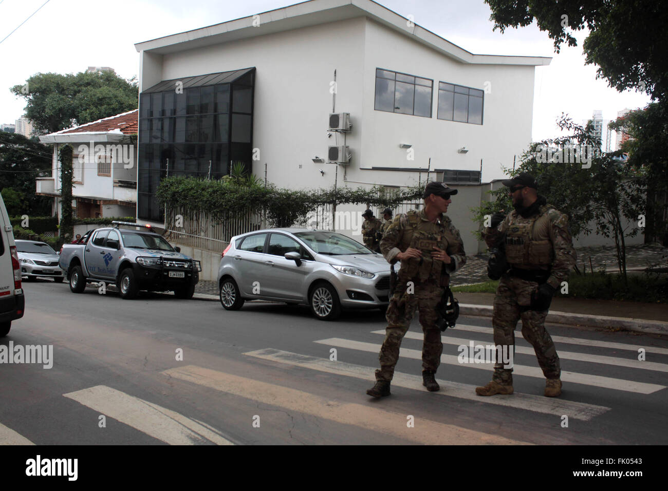 (160304) -- SAO PAULO, March 4, 2016 (Xinhua) -- Federal police officers stand guard outside the Lula Institute Stock Photo