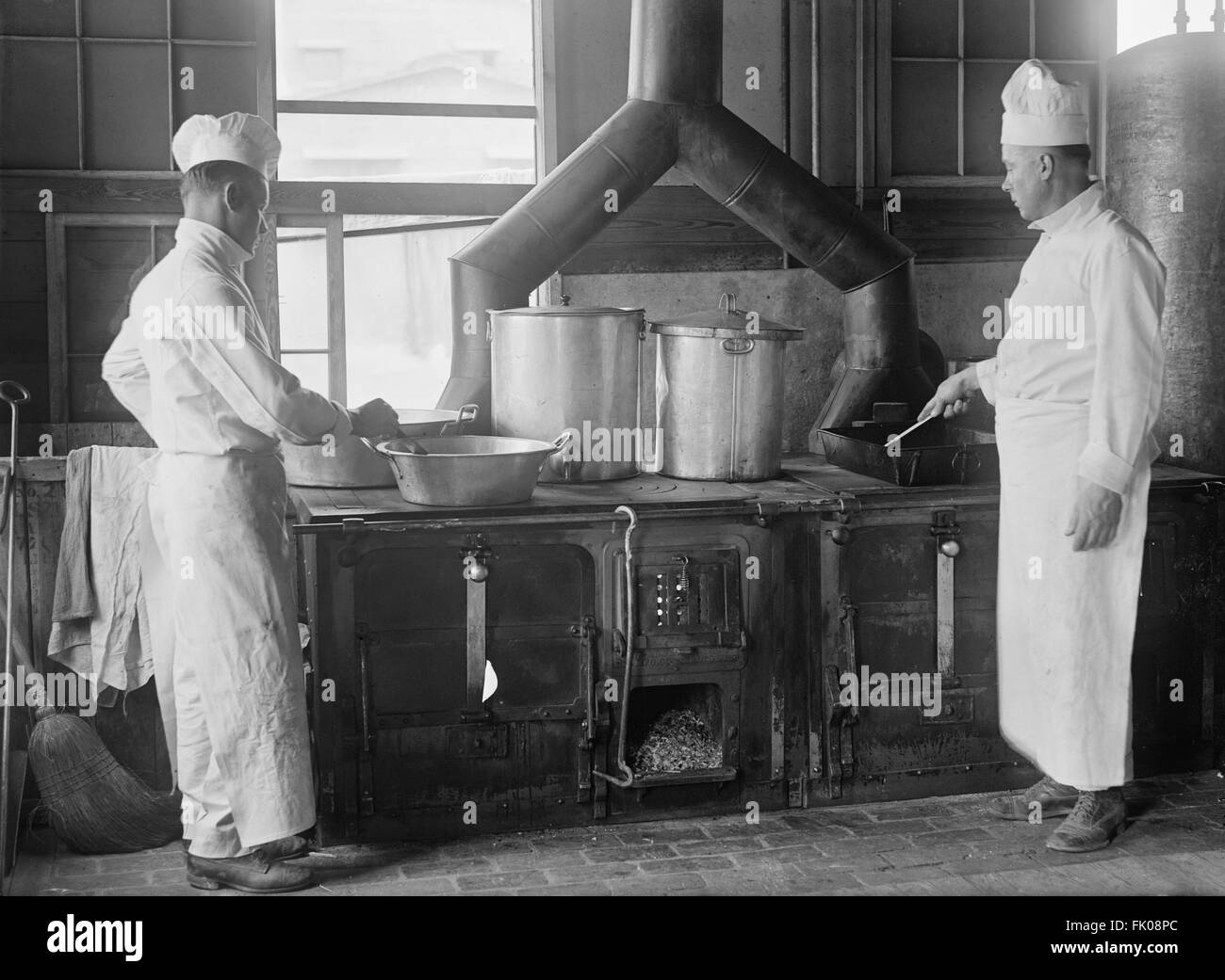 Two Cooks in Kitchen, Fort Meade, Maryland, USA, circa 1917 Stock Photo