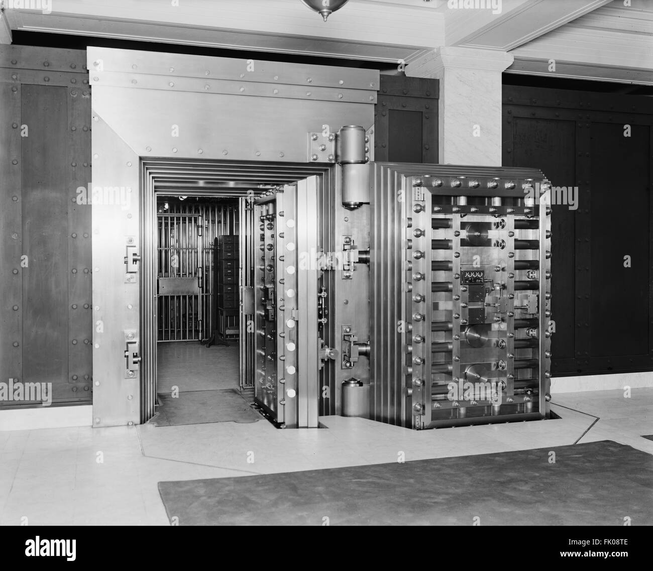 25-ton Door, Safe Deposit Vault, Old Colony Trust Company, Boston, Massachusetts, USA, circa 1915 - Stock Image