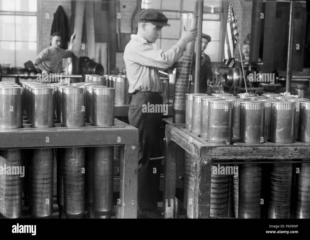 Worker Handling and Packing Cartridge Cases, Navy Yard, Washington DC, USA, 1917 Stock Photo