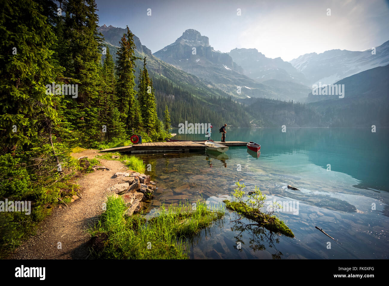 Father and two children on the shores of Lake O'Hara in Yoho National Park, Canadian Rockies - Stock Image
