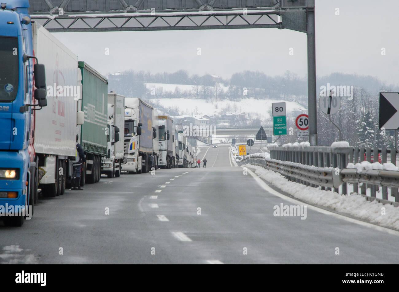 A6 Torino-Savona, Italy. 5th March, 2016. Italy-Roadblock for snow on highway A6 Torino-Savona Credit:  Stefano Stock Photo
