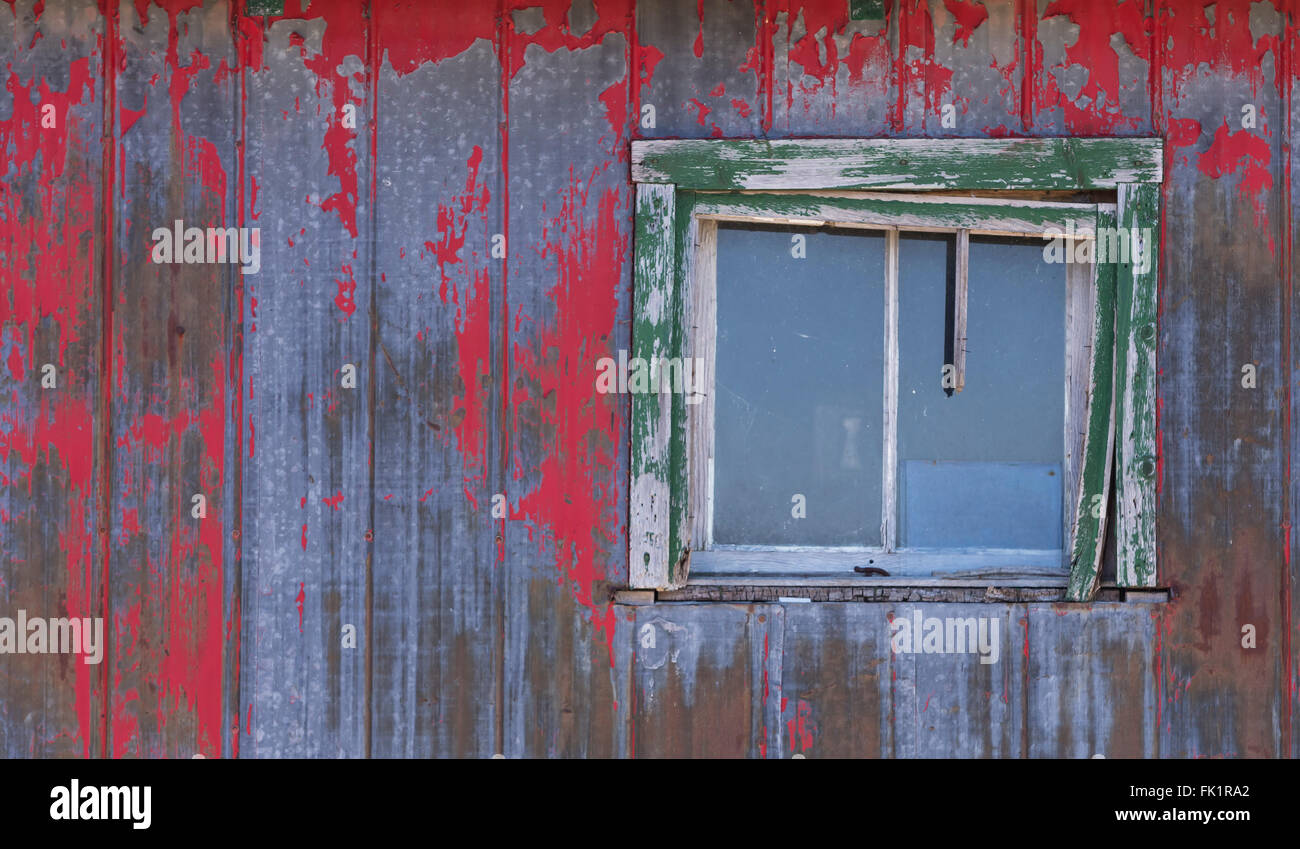 Decrepit farm house in winter - Stock Image