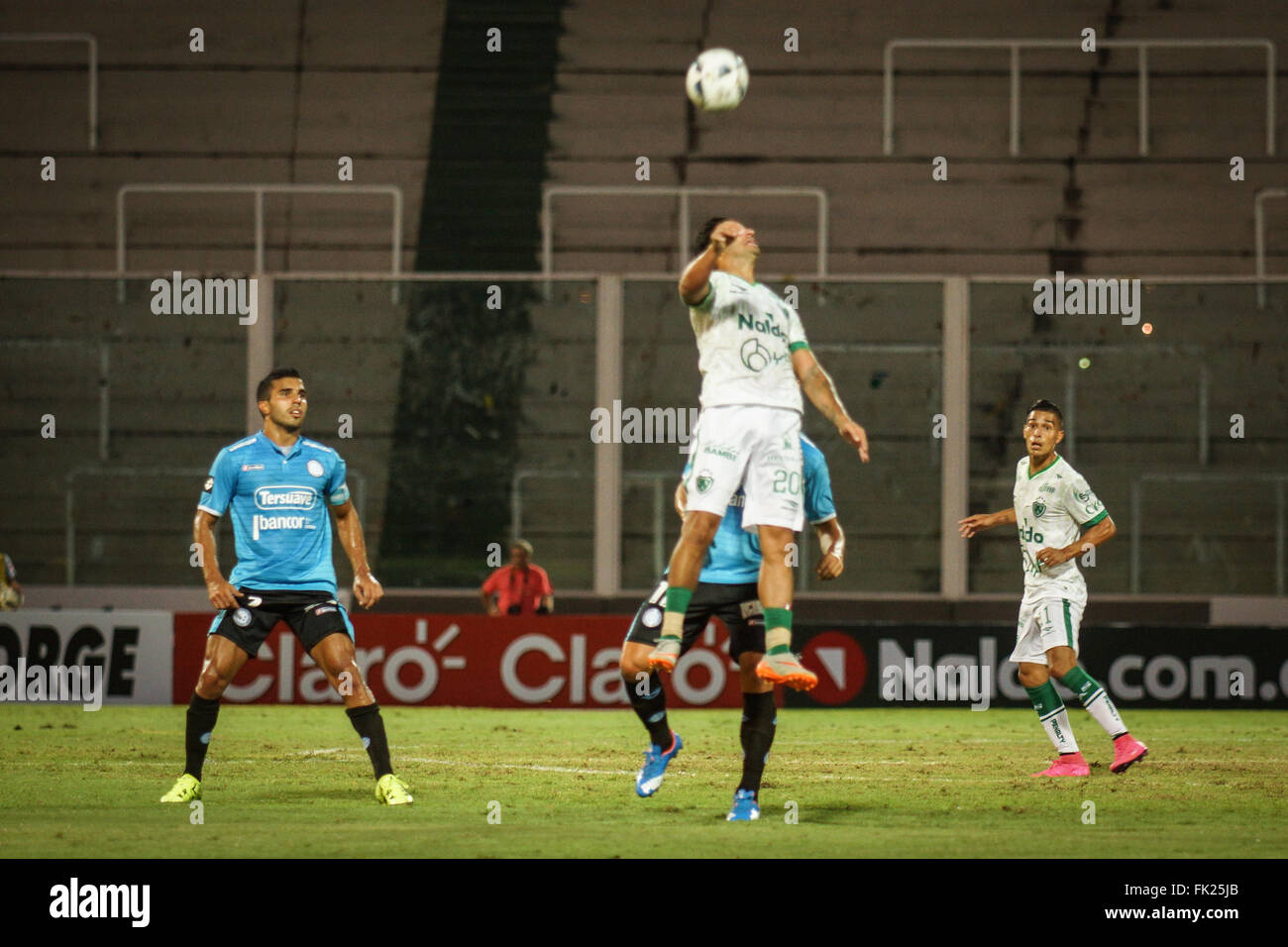 Cordoba, Argentina. 5th March, 2016. Carlos Bueno, Front de Club Atletico Sarmiento nodding the ball during a match - Stock Image