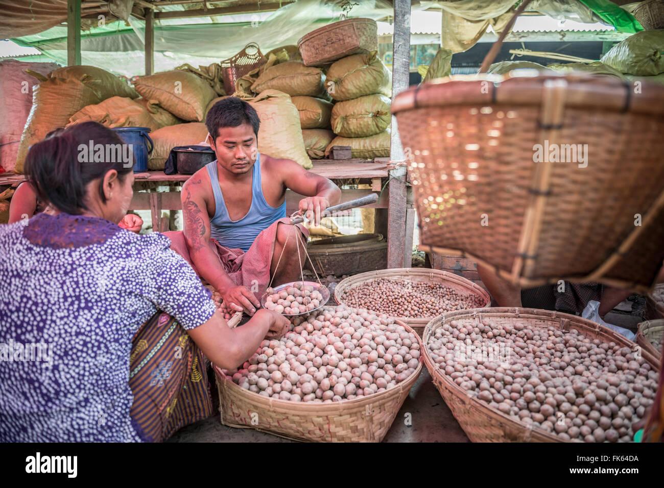 Weighing potatoes in Mrauk U vegetable market, Rakhine State, Myanmar (Burma), Asia - Stock Image