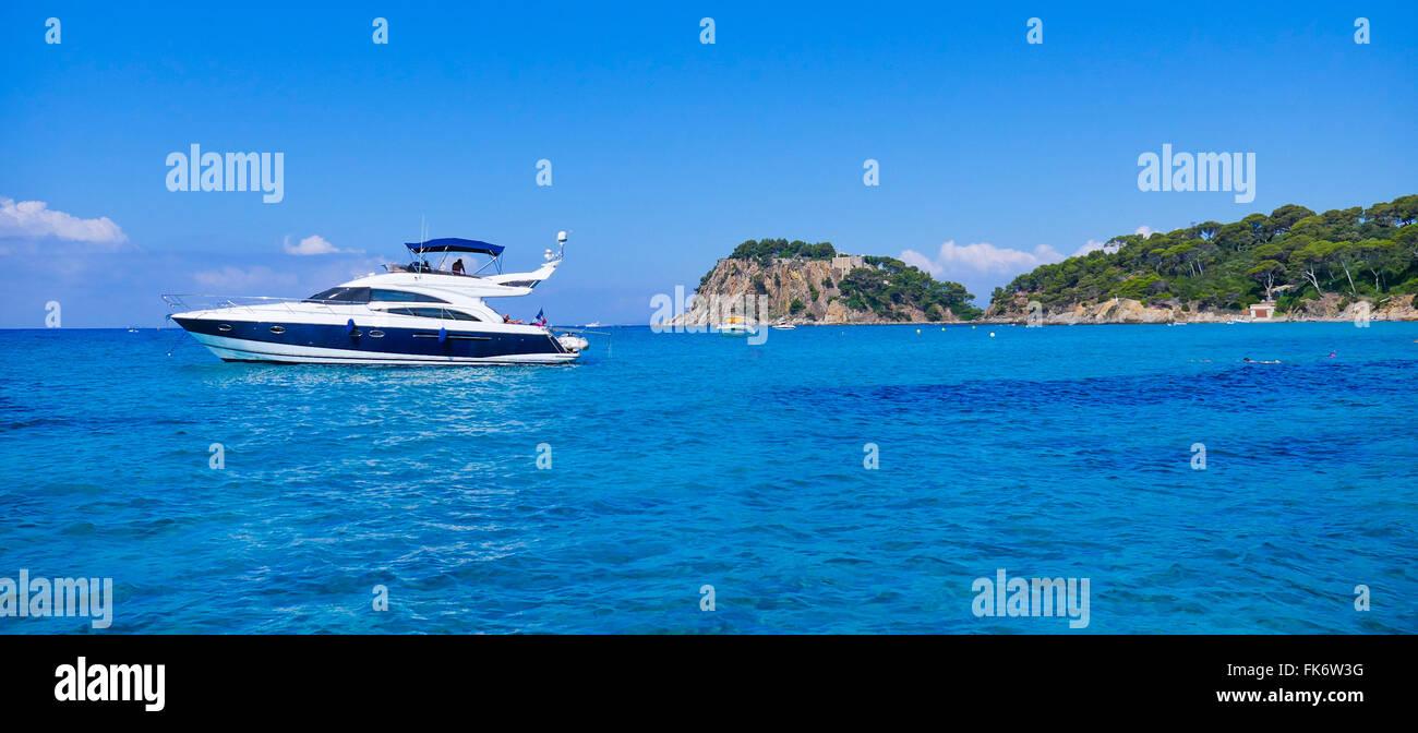 Luxury yacht anchoring at steep coast - Stock Image