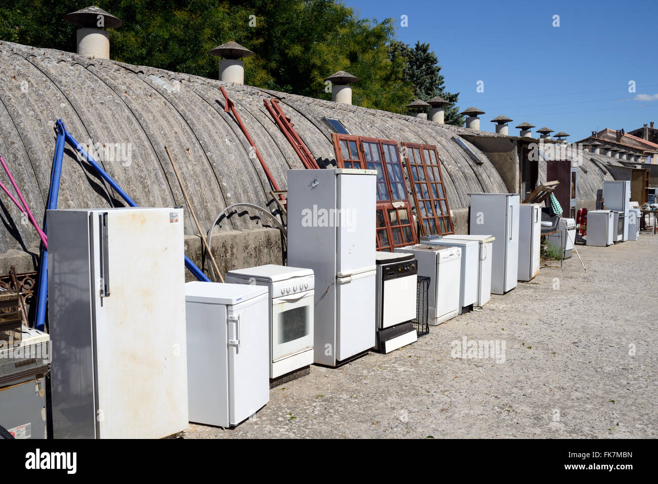 Second-Hand, Secondhand or Recycled White Goods or Domestic Appliances Cookers & Fridges For sale in a Junk - Stock Image