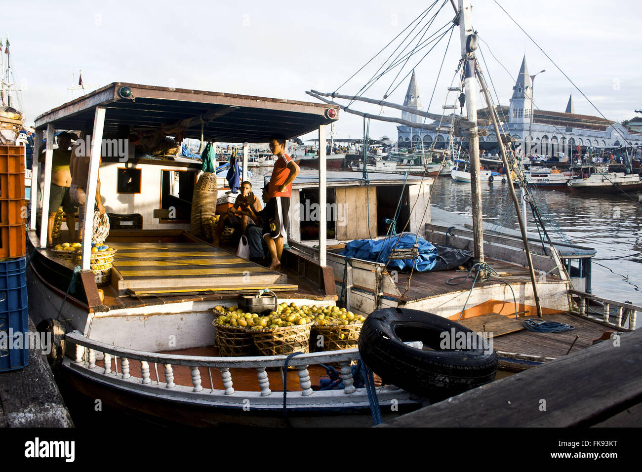 Amazon boat anchored in the Bay of Guajara - Incidental market Ver-o-Peso - Stock Image