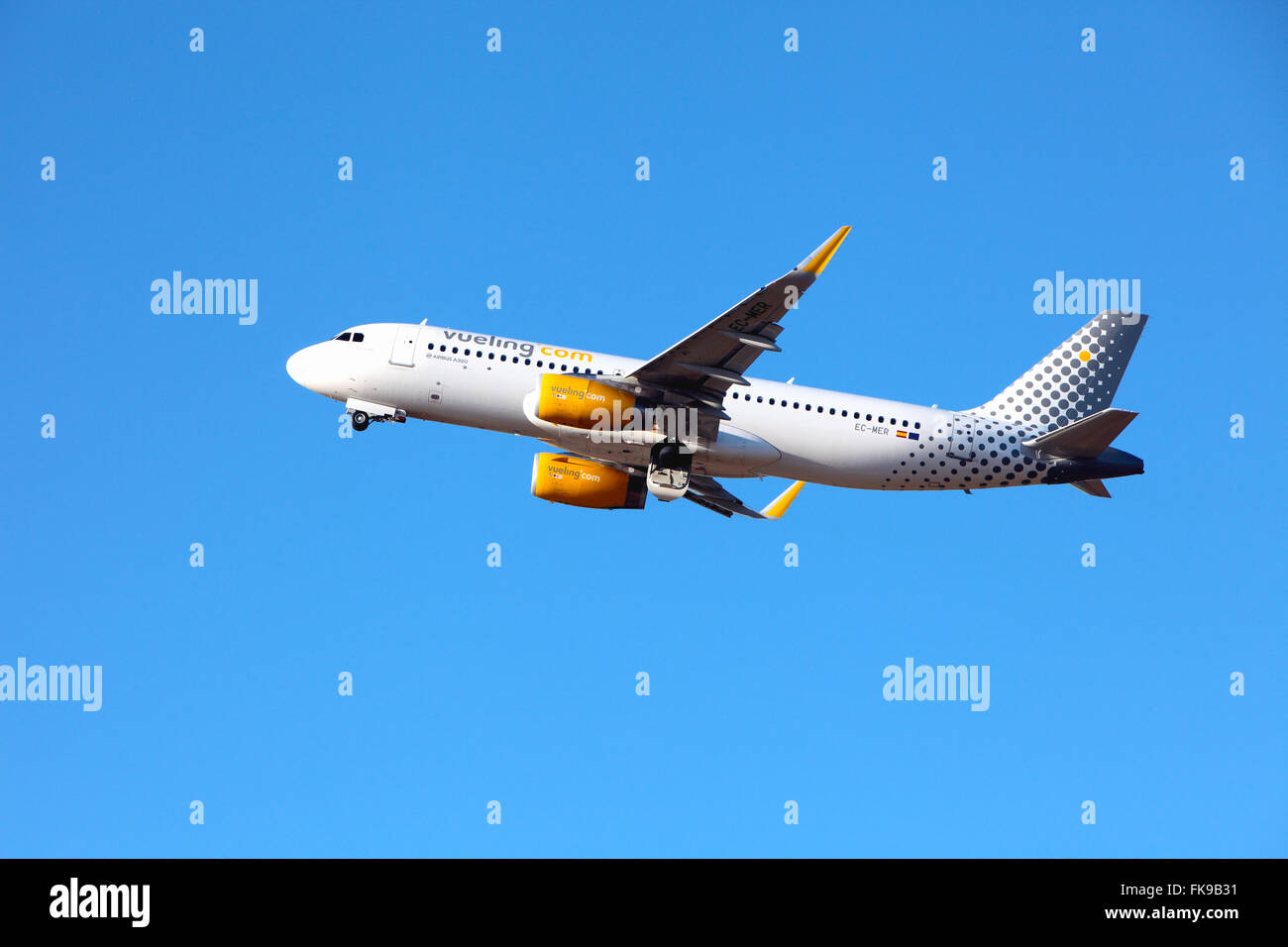 Vueling Airbus A320 Leaves Edinburgh Airport - Stock Image