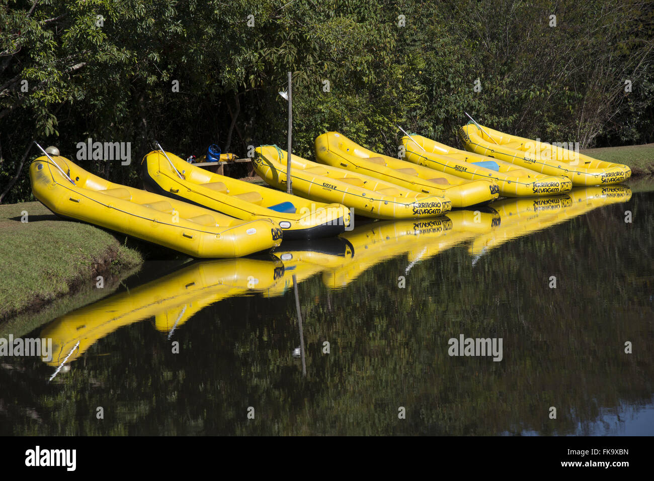 Inflatable boats for rafting on the lakefront - Stock Image