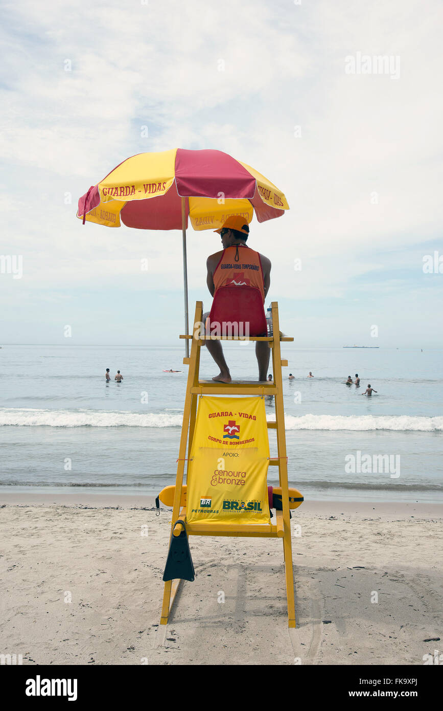Lifeguard watching swimmers in Guaecá Beach - Stock Image