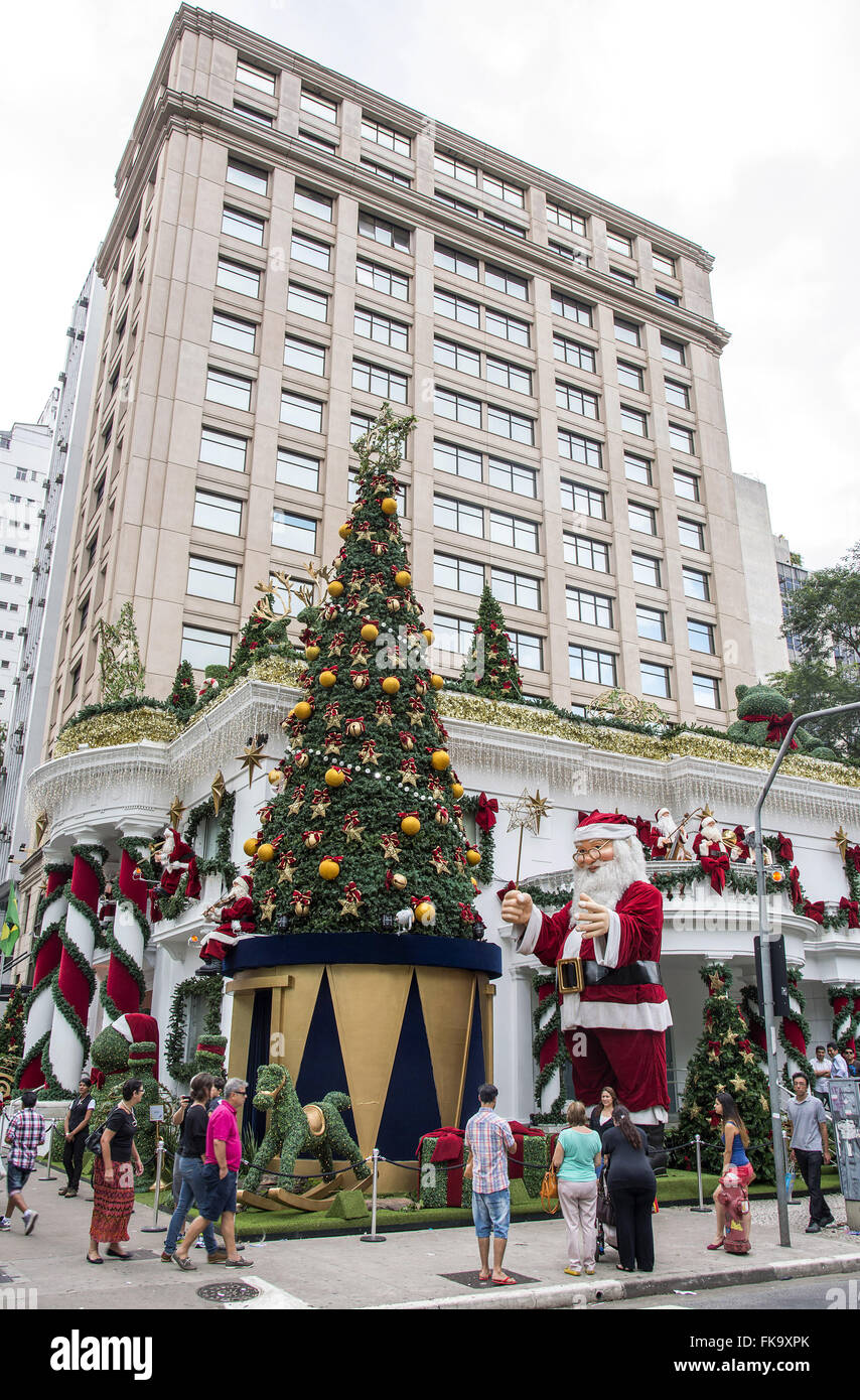 Tourists contemplating the Christmas decoration in commercial building on Avenida Paulista - Stock Image